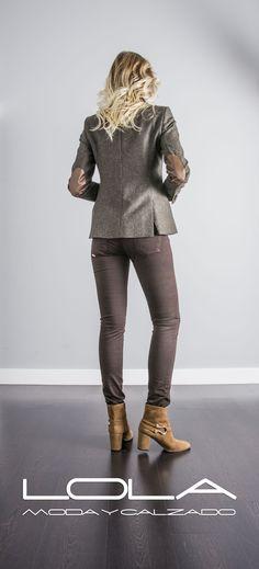 Muy de invierno, muy sport, muy elegante. Tu americana de tweed en jaspeado verde con coderas, imprescindible.  Pincha este enlace para comprar tu chaqueta en nuestra tienda on line:  http://lolamodaycalzado.es/otono-invierno-2016/870-americana-en-tweed-verde.html
