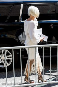 , Bergdorf fashion director Linda Fargo wearing fringe at New York Fashion Week… Older Women Fashion, Over 50 Womens Fashion, Fashion Over 50, Fashion Tips, Ladies Fashion, Fashion Ideas, Soft Grunge Hair, Understanding Women, Aging Gracefully