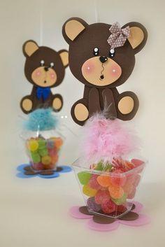 embalagens transparentes com jujubas com personagens da Masha e o Urso de EVA