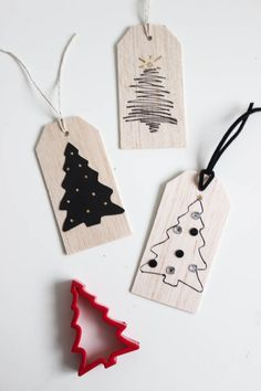 Beautiful wooden gift tags for Christmas or New Years. Love the simple modern designs. You can easily recreate them in just a few minutes! Black and gold are the perfect colours for a New Years Eve party! Christmas Gift Tags, Diy Christmas, Christmas Parties, Christmas Ornament, Ornaments, Handmade Gift Tags, Paper Crafts, Diy Crafts, Gift Labels