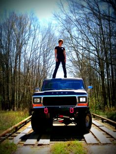I want to of this with my ford truck for senior pictures Truck Senior Pictures, Hunting Senior Pictures, Football Senior Pictures, Country Senior Pictures, Senior Pictures Sports, Senior Photos, Senior Portraits, Football Pics, Football Quotes