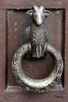 Door knocker Door Knockers Unique, Door Knobs And Knockers, Knobs And Handles, Door Hinges, Knobs And Pulls, Cool Doors, Unique Doors, Window Accessories, Sculpture Metal