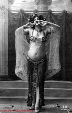 The Tribal Way: Style Inspiration: Vintage Belly Dance Mata Hari, Tribal Fusion, Danza Tribal, Style Oriental, Tribal Belly Dance, Dance Photos, Dance Images, Belly Dance Costumes, Belly Dancers