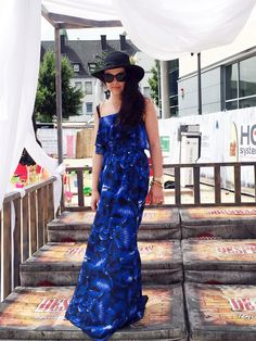 Outfit der Woche! Off Shoulder-Maxidress mit Volants & Blumenprint: Guess - Hut & Sonnenbrille: Pieces #fashion #ootw