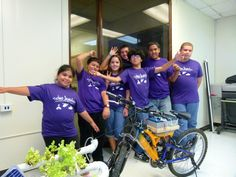 Participantes con la bicicleta de Techno Inventors