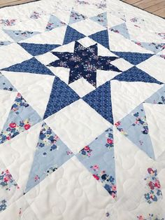 Sewing Block Qults Blue Carolina Starburst Quilt - Blue Carolina Starburst Quilt This pattern is so simple, and comes together rather quickly! It is made up of all half square triangles and squares. You can easily finish this project in a weekend! Lap Quilt Patterns, Jelly Roll Quilt Patterns, Pattern Blocks, Block Patterns, Sewing Patterns, Lap Quilts, Mini Quilts, Small Quilts, Scrappy Quilts