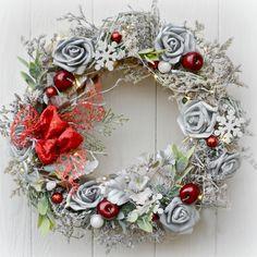 Vánoční+věnec+Růže+ve+sněhu+s+LED+osvětlením+Vánoční+věnec+na+dveře+nebo+do+interiéru+v+klasickém+stylu+dekorovaný+růžičkami+a+vánočními+ozdobnými+komponenty.+Věnec+je+opatřen+LED+světýlky+na+3+AA+baterie+Použité+barvy:+stří+rná,+červená,+zelená,+bílá,+smetanová+Rozměry:+38+cm+Materiál:+přírodní+materiál,,+umělé+květiny,+juta,+ozdobné...