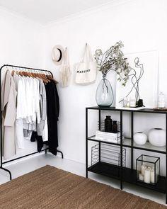 Zo voeg je zwart op een subtiele manier toe in je interieur - Alles om van je huis je Thuis te maken Room Ideas Bedroom, Home Bedroom, White Bedroom Decor, Bedrooms, Bedroom Designs, Modern Bedroom, Master Bedroom, Aesthetic Bedroom, Minimalist Home