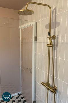 """Deze gouden regendouche van Wiesbaden is een ware eyecatcher in de badkamer van Sanny en Jorg. De badkamer is echt een belangrijke plek geworden voor Jorg en Sanny. """"De badkamer is een plekje voor onszelf. Dat is waar we de badkamer op hebben ingericht. Een aangename plek voor onszelf, waar we kunnen mediteren of ademhalingsoefeningen kunnen doen. Dat is heel belangrijk voor ons, ook omdat we veel bezig zijn met onze mindset."""" Kom ook tot rust in de badkamer van Jorg en Sanny via de link. New Homes, Wes Anderson, Mirror, Bathroom, Interior, Furniture, Home Decor, Washroom, Decoration Home"""