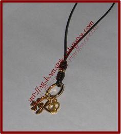 Colar em fio de cabedal castanho com pendentes dourados. Agulhamagika_Ref.AM647