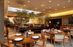 Restaurante Manish, São Paulo - Sob a claraboia, sua planta admite múltiplas configurações de espaços. O mural do restaurante é uma menção à tapeçaria árabe, e pode ser visto como uma obra de arte pública devido as suas grandes dimensões. ______________________________  Manish restaurant, Sao Paulo, Brazil #restaurant #architecture #panel