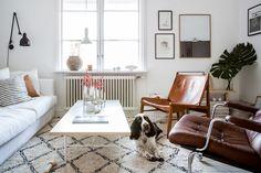 HEMMA HOS SANDRA GUERRERO, MÄKLARE PÅ ALVHEMSandra bor i Bagaregården tillsammans med hunden Dj, en Engelsk Springer Spaniel på snart 2 år, och ibland även pojkvännen Martin. Lägenheten som ligger i ett bevarat landshövdingehus från 1924 är minutiöst…
