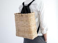 Martín Azúa ha diseñado una mochila en la que integra una cesta de castaño hecha a mano por la artesana Beatriz Unzueta. La cesta sirve de protección a una bolsa textil que permite transportar con seguridad un ordenador personal o tablet. La cestería de castaño era muy habitual en las zonas rurales del País Vasco, […]