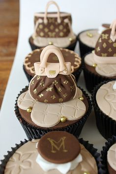 How awesome are these cupcakes! Louis Vuitton Cupcakes by Isa Herzog Beautiful Cupcakes, Yummy Cupcakes, Fancy Cupcakes, Pretty Cupcakes, Chanel Cupcakes, Elegant Cupcakes, Decorated Cupcakes, Elegant Desserts, Cupcakes Decorados