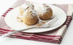 Pokud máte málo času a chcete připravit chutný, sladký oběd, zkuste rychlé jablkové knedlíky. Nejprve nechte máslo či rostlinný tuk změknout. Poté do něj přimíchejte měkký tvaroh, vejce, mouku a špetku soli. Vypracujte těsto a dejte stranou odležet. Jablka zbavte slupky, jádřinců a nakrájejte na kostky. Lehce pokapejte citronem, aby nezhnědla a podle chuti oslaďte. Vmíchejte do těsta a vypracujte jednotlivé knedlíky. Ty pak vložte do vroucí osolené vody a vařte asi tak deset minut. Hotové je pos Czech Recipes, Russian Recipes, French Toast, Muffin, Czech Food, Cooking, Breakfast, Genealogy, Polish