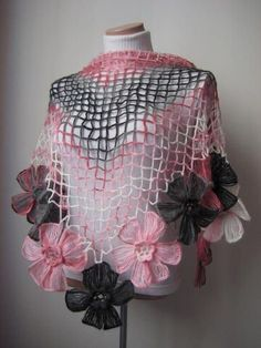 Crochet Scarves, Crochet Shawl, Crochet Clothes, Hand Crochet, Crochet Lace, Pink Shawl, Bijoux Fil Aluminium, Crochet Cover Up, Crochet Triangle