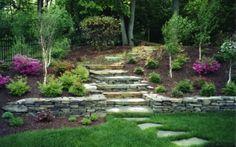 Escalier et muret en pierre dans le jardin