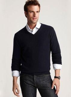 Look de moda: Jersey de Pico Negro, Camisa de Vestir Blanca, Vaqueros Pitillo Negros, Reloj de Lona Negro