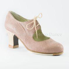 Zapato profesional de flamenco  Modelo Cordonera en piel de dragon tono rosa maquillaje con tacon visto Begoña Cervera
