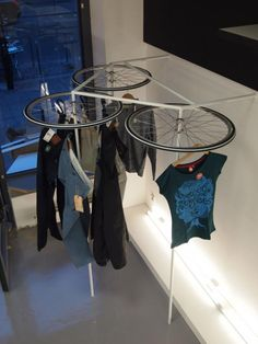Fahrrad bicycle Recycling old bicycle rims and their recycling in the garden and interior Lawn Mower Bicycle Shop, Bicycle Wheel, Bicycle Tires, Vitrine Design, Fashion Displays, Retail Merchandising, Merchandising Ideas, Fashion Merchandising, Laundry Room Storage