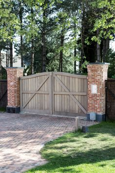 Be inspired Pouleyn Wooden Fence Gate, Brick Fence, Front Yard Fence, Entrance Gates, House Entrance, Tor Design, Building A Garage, House Gate Design, Country Fences