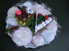 Cupe cakes van vilt gemaakt. Bloemen van crêpepapier gemaakt.