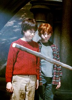 Harry Potter and the Sorcerer's Stone harry ron Harry Potter Movies, Harry Potter World, Harry James Potter, Saga, Lord Voldemort, Hogwarts, Slytherin, Ron Weasley, Deathly Hallows
