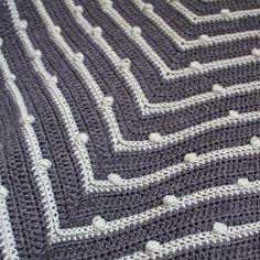 Mijn eerste omslagdoek is af! Het is de Lots of Dots Triangle , een mooipatroon van Wieke van Keulen .      Het patroon heb ik in januari g...