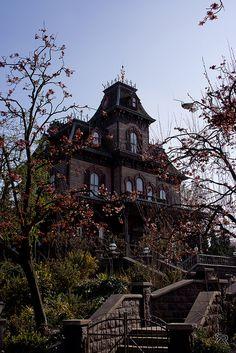 Haunted house / Spookhuis Disneyland Paris.  Made with the Nex-7 + kitlens     Like it...Like it good  http://www.realestatemotivatedbuyers.com
