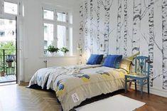 Dormitor modern cu terasa si tapet cu copaci