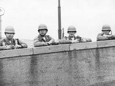 Soldados americanos observam sobre o Muro de Berlim na parte Ocidental da cidade, em 1965  Foto: Getty Images