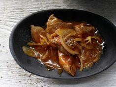 Zutaten für 4 Portionen    5 kleine Zwiebeln (ca. 250 g)  650 g Putengulasch (aus der Keule)  2 EL Rapsöl  Salz  Pfeffer  ½ EL Pap...