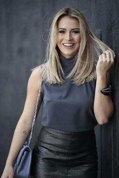 Close do look da Mari Saad: saia lápis preta texturizada com fenda frontal, combinada com blusa de gola alta. Chic e cool.