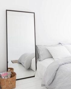 Espelho no chão  Moldura preta, fina