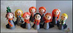 22 personagens da saga Harry Potter, em versão chibi (estilo infantil simplificado), feitos em porcelana fria (biscuit).  Um presente inesquecível para qualquer fã de Harry Potter!    Eles podem ser adquiridos em kit ou separadamente.    Este kit contém os seguintes personagens:  Harry - Rony - H...
