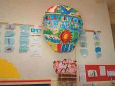 foto della mongolfiera finita attaccata  al salone della nuova scuola.