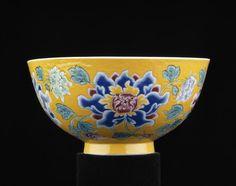 Bol impérial à décor de quatre pivoines largement épanouies, marque et période de Kangxi (1662-1722)