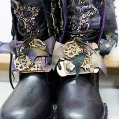 A closer look at some of the details in the wardrobe! Kara Saun really did an amazing job with all of these looks. Disney Descendants 3, Descendants Costumes, Disney Bound, Hidden Wedge Sneakers, Disney Inspired Outfits, Stylish Boots, Hat Hairstyles, Heels, Closer