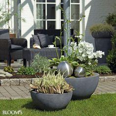 Harte Schale, grüner Kern: Passende Blumenkübel unterstreichen den eigenen Einrichtungsstil auch auf Terrasse und Garten.