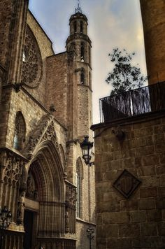 Santa Maria del Mar, Barcelona : my favorite place of peace in the world. Barcelona Architecture, Spain Images, Roman City, Barcelona Catalonia, Barcelona Travel, Street Photo, World Heritage Sites, Dream Vacations, Barcelona Cathedral