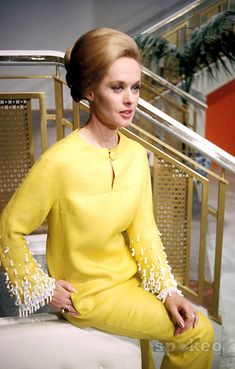 Every shade of yellow is hot for but few have rocked it better than Tippi Hedren did Hollywood Icons, Golden Age Of Hollywood, Old Hollywood, Timeless Fashion, Retro Fashion, Vintage Fashion, Vintage Glamour, Vintage Beauty, Tippi Hedren