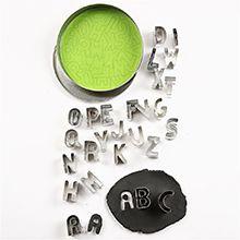 Kakformar med alfabetet blir ett roligt sätt att träna på alla bokstäver.