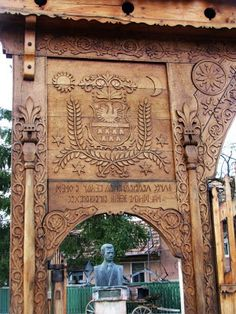 Hodgya, Erdély - Hungarian Sekler gate in Transylvania. Chip Carving, Wood Carving, Fence Gate, Fences, Wooden Gates, Headboard And Footboard, Folk Music, Budapest Hungary, Architecture Details