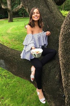 Who made Olivia Culpo's black skinny jeans and white stripe off the shoulder top? Who made Olivia Culpo's black skinny jeans and white stripe off the shoulder top? Cabelo Olivia Culpo, Olivia Culpo Hair, Olivia Culpo Style, Pelo Popular, Styling Gel, Black Skinnies, Trendy Hairstyles, Black Hairstyles, Hairstyles 2018
