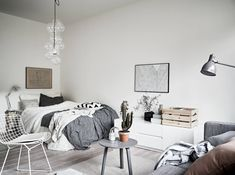 Compacte studio met Scandinavisch interieur en fijne accessoires Compact studio with Scandinavian in Home Bedroom, Modern Bedroom, Room Inspiration, Interior Inspiration, Scandinavian Bedroom Decor, Deco Studio, Studio Apt, Student Room, Studio Apartment Decorating