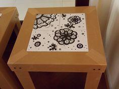 Mesita hecha con una base de azulejos pintados a mano