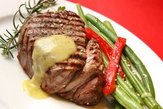 Grilled Filet Mignon with fresh bernaise sauce Beef Ribs, Beef Steak, Beef Sirloin, Beef Recipes, Cooking Recipes, Healthy Recipes, Delicious Recipes, Garlic Butter Steak Sauce, Molho Béarnaise