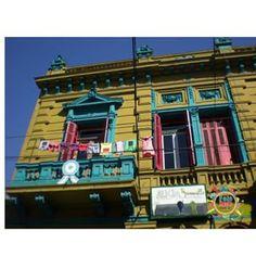 Caminito - se esta em Buenos Aires esse é um dos passeios turísticos tradicionais. O bairro que antes abrigava os marinheiros do porto se transformou num bairro turístico cheio de restaurantes e lojas de Balangandãs.