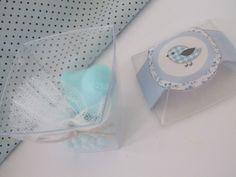 Kit delicado e perfumado.......... <br> <br>Excelente sugestão para lembrancinhas de nascimento, chá de bebê, batizado e festa pássaros......... <br> <br>>> Numa caixa de acrílico transparente, contém: <br>- 1 sabonete passarinho pardal 20g <br>- 1 mini sachê perfumado 12g <br> <br>>> Pode ser feito em qualquer cor e essência! <br> <br>OBS: É enviado a caixa de acrílico, já com o rótulo e o sachê, os sabonetes são embalados separadamente, para a montagem do kit. Para a retirada no local é…