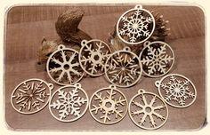 Vánoční ozdoby na stromeček 10 ks Vánoční ozdoby na stromeček z 3mm topolové překližky.10 kusů ( 5 druhů po páru). Rozměry cca 7,5x7,5cm. Možno objednat i samostatně, každá ozdoba má své číslo. Stačí si jen vybrat a napsat nám. Vyrobené ozdoby tu pro Vás vystavíme. Podívejte se i na další zboží z naší vánoční série: ...